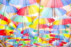 M?ng--f?rgad paraplybakgrund F?rgrika paraplyer som sv?var ovanf?r gatan Gatagarnering royaltyfria bilder