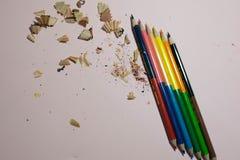 M?nga blyertspennor p? en rosa bakgrund arkivfoto