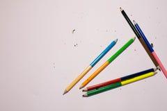 M?nga blyertspennor p? en rosa bakgrund royaltyfri foto