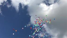 M?nga f?rgrika ballonger som flyger i luften arkivfilmer