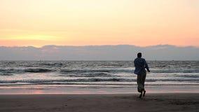 M?nner, die auf den Strand tanzen stock video