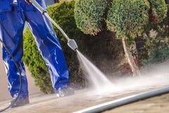 M?nner, die Garten-Wege waschen lizenzfreie stockfotos
