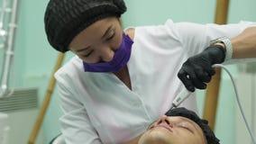 M?nner s Cosmetology Junger Mann, der Gesichtsverfahren an der Sch?nheitsklinik empf?ngt Schalenhaut stock video footage