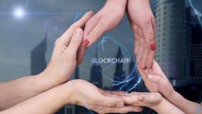 M?nner ` s, Frauen ` s und Kind-` s H?nde zeigen ein Hologramm Blockchain lizenzfreies stockbild