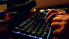 M?nnliche H?nde, die auf Tastatur schreiben stock video footage