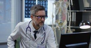 M?nnlicher Doktor, der beim Videoanruf spricht stock video footage