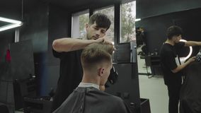 M?nnlicher Haarschnitt mit Elektrorasierer E Mann stock video