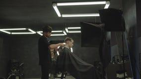 M?nnlicher Haarschnitt mit Elektrorasierer Friseur macht Haarschnitt für Kunden am Friseursalon, indem er hairclipper verwendet M stock footage