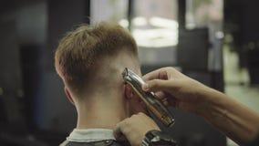M?nnlicher Haarschnitt mit Elektrorasierer Schlie?en Sie oben von der Haartrimmerfrisur Friseur macht Haarschnitt für Kunden am F stock video