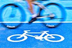 M?nnlicher Radfahrer reitet ein Fahrrad auf den Weg des Fahrradzeichens stockfotos