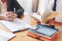 M?nnlicher Rechtsanwalt oder Richter konsultieren haben der Teambesprechung mit Kunden, Gesetzes- und Rechtsdienstleistungenkonze lizenzfreies stockfoto