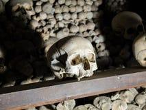 M?nskliga skallar och ben som anv?nds som garnering i den Sedlec ossuaryen, Tjeckien royaltyfri bild