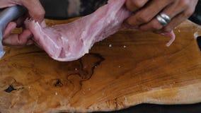 A m?o da faca corta a carne