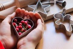 A m?o da menina que faz cookies festivas tradicionais Cozimento com conceito do amor O dia de m?e, o dia das mulheres, o dia de V imagens de stock royalty free