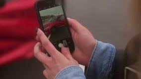 M?o do close-up do smartphone da terra arrendada da mulher e para tomar a foto do acidente de tr?nsito video estoque