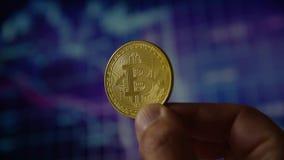 M?o do homem que guarda um bitcoin da moeda de ouro filme
