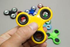 M?o que guarda o brinquedo popular do girador da inquieta??o imagens de stock