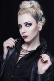 Młoda atrakcyjna blondynki kobieta w skórzanej kurtce z kolcami Obrazy Stock