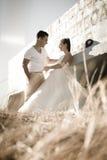 Młoda atrakcyjna bridal para flirtuje outdoors Zdjęcia Stock