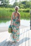 Młoda atrakcyjna kobieta chodzi basen zdjęcie royalty free