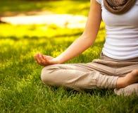 Młoda atrakcyjna kobieta medytuje Zdjęcie Stock