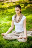 Młoda atrakcyjna kobieta medytuje Zdjęcia Royalty Free