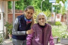M?oda atrakcyjna kobieta obejmuje starej babci plenerowej Kobieta - pokolenia - mi?o?? zdjęcia royalty free