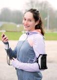 Młoda atrakcyjna kobieta sprawdza chronometru durng bieg se Obrazy Royalty Free