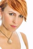 Młoda kobieta z intensywnymi zielonymi oczami Zdjęcie Stock