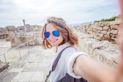 Młoda atrakcyjna turystyczna dziewczyna robi selfie na tle Zdjęcie Stock