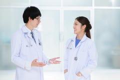 Młoda azjata lekarka przy szpitalem Zdjęcia Stock