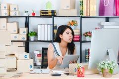 M?oda Azjatycka biznesowa dama przy biurem fotografia stock