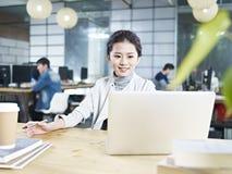 Młoda Azjatycka biznesowa kobieta pracuje w biurze Obraz Royalty Free