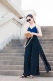 Młoda Azjatycka dziewczyna na schody Zdjęcia Stock
