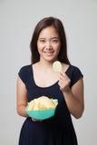 Młoda Azjatycka kobieta je frytki Obraz Stock
