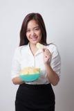 Młoda Azjatycka kobieta je frytki Fotografia Stock