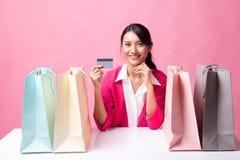 M?oda Azjatycka kobieta z torba na zakupy i pust? kart? zdjęcia royalty free