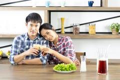 M?oda Azjatycka para jest szcz??liwa gotowa? wp?lnie, dwa rodziny pomaga each inny przygotowywa gotowa? w kuchni obrazy stock