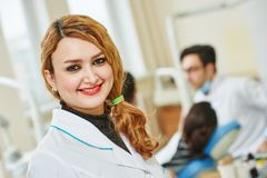 Młoda azjatykcia dentysta lekarka Fotografia Stock
