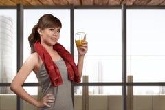 Młoda azjatykcia kobieta pije zdrowego naturalnego sok dla zdrowego Obrazy Stock