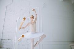 Młoda balerina w balet klasie Zdjęcie Stock