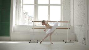 Młoda balerina w balet klasie zdjęcie wideo