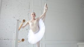 Młoda balerina w balet klasie zbiory wideo