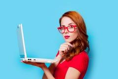 Młoda beautfiul rudzielec dziewczyna w eyeglasses z laptopem Obrazy Royalty Free