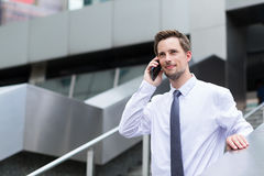 Młoda biznesmen rozmowa telefon komórkowy Obraz Royalty Free