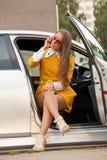 Młoda biznesowa kobieta dzwoni na telefonie fotografia stock