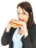 Młoda Biznesowa kobieta Je kurczaka hamburger Obraz Stock