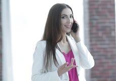 Młoda biznesowa kobieta opowiada na smartphone Obrazy Royalty Free