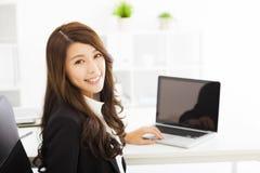 Młoda biznesowa kobieta pracuje w biurze Obrazy Royalty Free