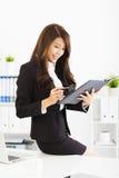 Młoda biznesowa kobieta pracuje z biurem w Zdjęcie Stock